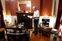 Dieser Herr ist echt. Der geliebte Brite im Kaminzimmer, wo wir unseren Empfangstee serviert bekamen.