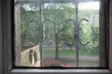 Die Fenster sind vergittert und schreien nach Sidolin.