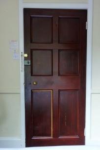 Tür mit echtem Schlüsselloch.