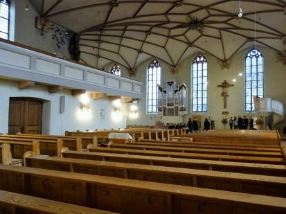 Das rechte Kirchenschiff. Im Vordergrund Konfirmanden bei der Probe.