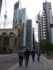 Links die St. Andrews Church, falls jemand beten muss, dass die Aktienkurse halten.