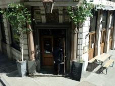Mit dem Besuch im Pub sollte man zeitig dran sein. Um 23h wird immer noch der Laden dicht gemacht.