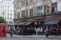 Get together am Feierabend im Pub sind eine feste Tradition in England.