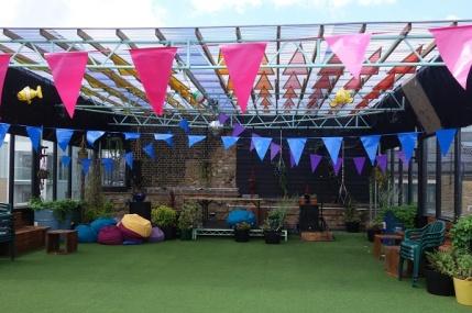 Top Roof - ein Dachgarten mit kleiner Bühne. Hier ist schon Amy Whinehouse aufgetreten!