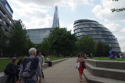 Rechts die City Hall. Ihre Form ähnelt einem schiefen Ei. Im Hintergrund der Shard, das höchste Gebäude Europas.