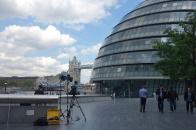 Die City Hall von der anderen Seite mit der Tower Bridge im Hintergrund. Vorne ein paar Kameras, hier wurde jemand interviewt. Dieses Gespräch sahen wir abends in den Nachrichten. Keine Ahnung, wer das war.