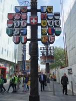 Wappen und Glockenspiel am Leicester Square in London