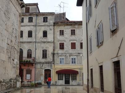 ... und Plätze in italienischem Baustil.