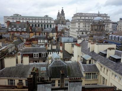 Blick aus dem Hotelfenster. Im Hintergrund sieht man die beiden Glockentürme des Royal Liver Buildings. Es gehört einer Versicherung.