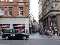 Blick in die berühmte Mathew Street. Hier ist der (wiederaufgebaute) Cavern Club, in dem die Beatles bekannt wurden. Heute reiht sich ein Tanzschuppen an den andern, und am Wochenende ist die ganze Straße eine einzige Party.