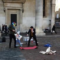 Nirgends gibt es professionellere Straßenkünstler wie in England. Auch ohne profunde Englischkenntnisse geht man am Ende nie weg, ohne sich vorher schlapp gelacht und dann etwas in den Hut geworfen zu haben. (Man würde sich sonst schlecht fühlen). Hier in Covent Garden.