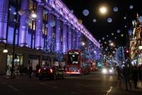 Oxford Street - Londons weltberühmte Einkaufsstraße. Im Moment sind die Preise enorm gepurzelt und man kann nach Herzenslust stöbern. Links das Nobelkaufhaus Selfridges.