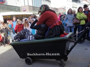 Die Mädchen werden gerne mitgenommen und geärgert! Hier eine Friedrichshafener Buchhorn-Hexe bei der Arbeit.