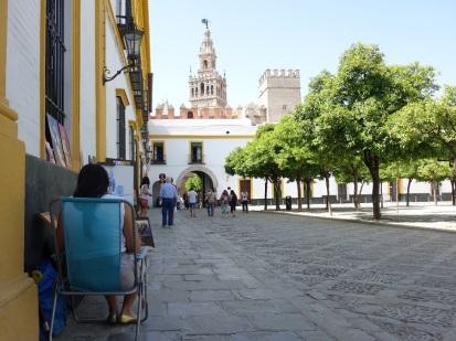 Im Hintergrund die Kathedrale von Sevilla.