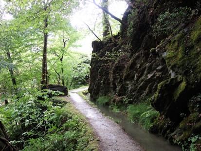 Der Maiser Waalweg beginnt in recht zerklüftetem Gelände.