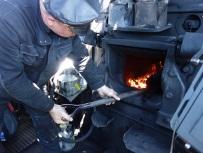 Der Heizer wirft Kohlen nach, bald gehts weiter.