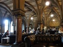"""Das Sculpture Hall Cafe im Foyer des Rathauses. """"Zivilised"""", wie der Engländer sagt. Hier haben wir es uns zum Afternoon Tea gemütlich gemacht."""