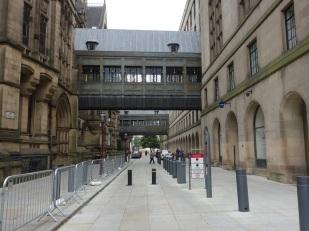 """Links das historische Gebäude, rechts ein """"Neubau"""". Dort hat der Bürgermeister seinen Amtssitz. Der Übergang verbindet beide Gebäude."""