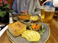 Pie Day im Old Wellingten: Meiner war mit Spinat und Cheddar gefüllt. Und weil wir auf den Nachtisch zu lange warten mussten (ca. 10 Min.), erhielten wir ihn umsonst! Very british. (Danach hatte ich Magenweh ...)