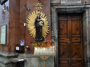 Hier der Heilige Antonius samt Kerzen und Hebelchen.