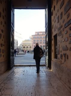 Die Tür ist offen, und schon ist man wieder mitten im Treiben der römischen Innenstadt.