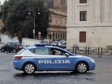 """Die Polizei beschäftigt sich indessen lieber das Handy. """"Ciao Bella!"""" Ist ja schließlich Neujahr. Da sollte man eh nicht im Dienst sein."""