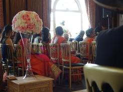 Drinnen warten die entfernteren Angehörigen auf den Einzug des Bräutigams.