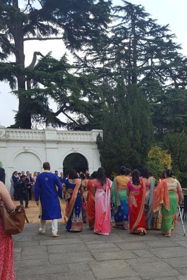 Die Familie des Bräutigams begrüßt die Familie der Braut.