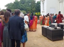 Der Bräutigam wird von der Familie der Braut willkommen geheißen.