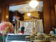 """In diesem """"Mandap"""" - einer Art Altar, finden die Zeremonien statt. Die vier Säulen stehen für die vier Eltern, die Blumen für Schönheit und Freude, das Getreide für die lebenserhaltende Nahrung."""