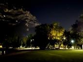 In der Nacht schimmern die nackten, senkrechten Felsen der westlichen Bergwand in einem fahlen Licht, während die baumbewachsenen Stellen in der Dunkelheit versinken. Würde man spät abends hier anreisen, könnte man diese bizarre Erscheinung für ein gigantisches Gemälde am Nachthimmel halten.