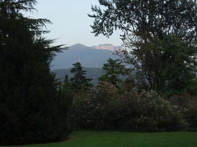 Im Hintergrund ein Eindruck des berühmten Alpenglühens. Das rötliche Gestein der Dolomiten leuchtet im Abendlicht besonders schön.