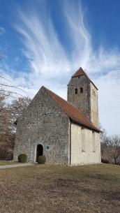 Hübsches romanisches Kirchlein in Frenkenbach. Die Glocke wird bis heute von Hand geläutet.