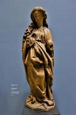 Weibliche Heilige, evtl. Muttergottes, aus Straßburg, um 1490. Durch den Verlust des Attributs ist keine genaue Identifizierung der Heiligen mehr möglich.