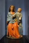 Muttergottes mit Kind. Der Apfel in der Hand des Kindes könnte ein Symbol für Jesus als mystischer Bräutigam Marias, also der Kirche sein. Aus Freiburg, um 1300.