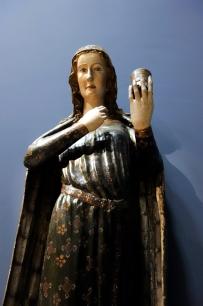 Hl. Maria Magdalena. Das Salbgefäß deutet auf das Einbalsamieren des Leichnams von Jesus hin. Aus Oberrhein, Freiburg oder Straßburg, um 1240.