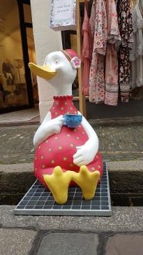 Diese Dame hat es sich auf dem Bächle gemütlich gemacht. Das Bächle ist ein kleiner Kanal, der sich durch ganz Freiburg zieht.